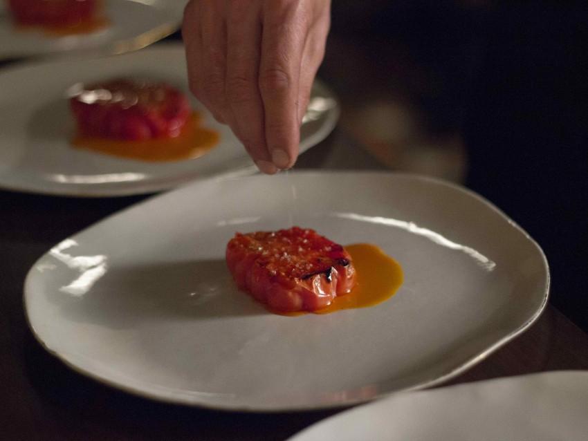 Jitomate riñón, proschiutto y Aceite de Guajillo y Hierbas de Provence