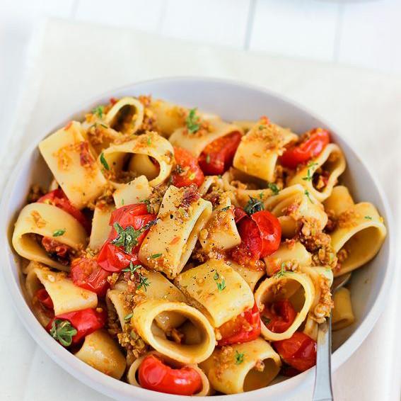 Pasta con Pesto de Oliva y Tomates Cherry