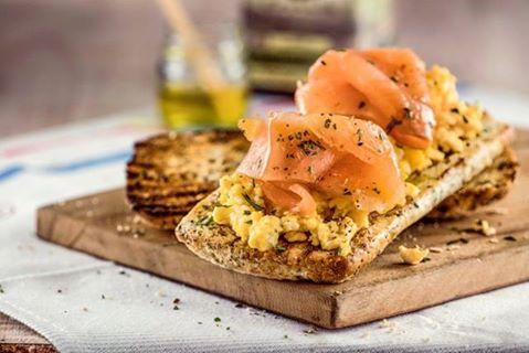 Brusqueta  de huevo y salmón