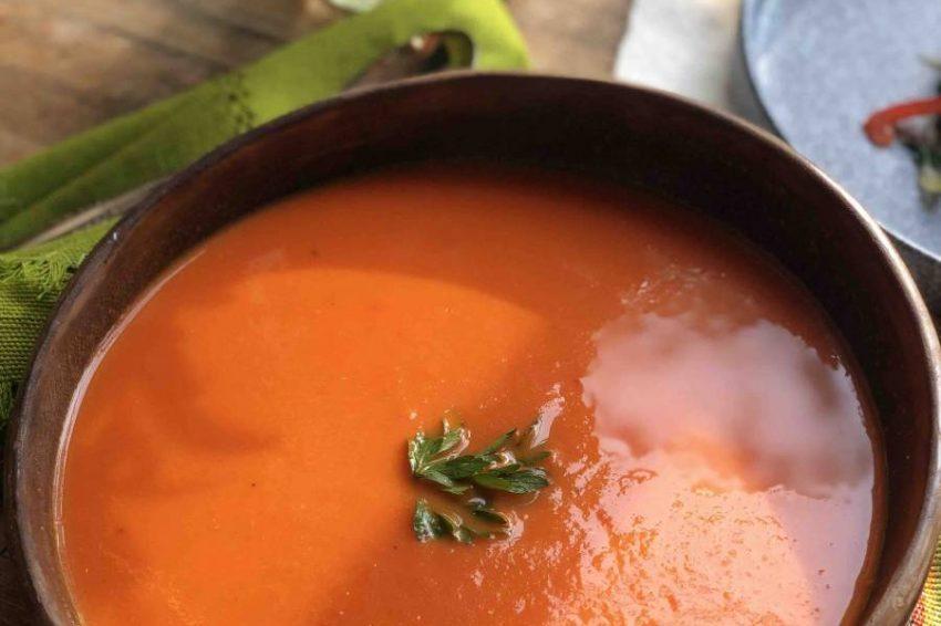 Crema de Jitomate y Pimientos asados con Aceite de Oliva con Orégano