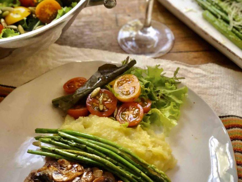 Filet Mignon con salsa de balsámico con Trufa y champiñones, acompañado de puré con Aceite de Trufa y espárragos salteados